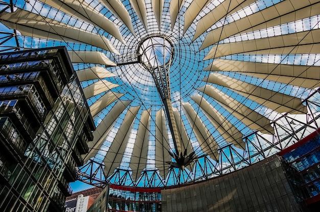 Wnętrze Modernistycznego Centrum Handlowego Sony Center Premium Zdjęcia