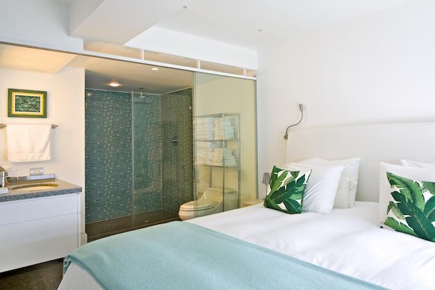 Wnętrze nowoczesnego pokoju z łazienką, apartament na plaży. Premium Zdjęcia