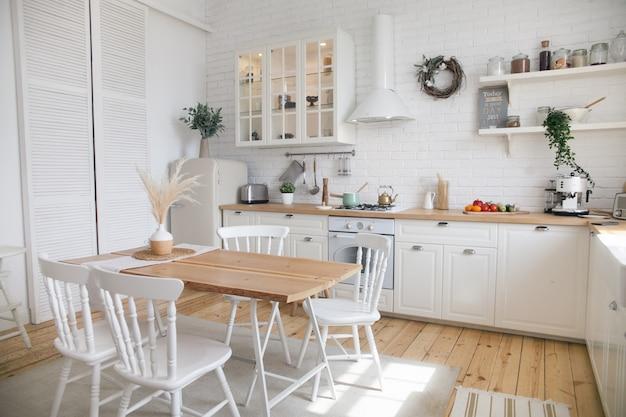 Wnętrze Nowoczesnej Słonecznej Kuchni W Mieszkaniu W Stylu Skandynawskim. Premium Zdjęcia