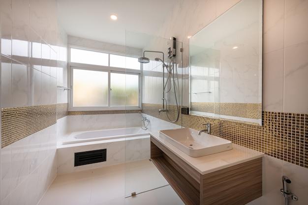 Wnętrze Nowożytnej Wanny łazienka I Zlew Wnętrze W Hotelu Premium Zdjęcia