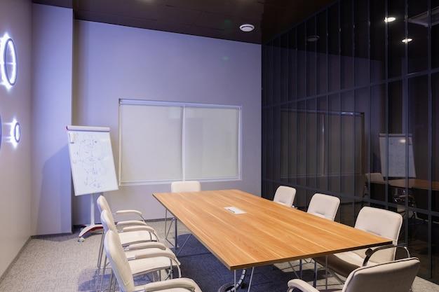 Wnętrze Pusty Nowożytny Deskowy Pokój Przy Kreatywnie Biurem Premium Zdjęcia