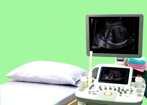 Wnętrze Sali Medycznej Z Ultradźwiękowym Sprzętem Diagnostycznym Premium Zdjęcia