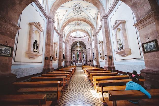 Wnętrze Strzelał Kościół Z Ludźmi Siedzi Na Drewnianych ławkach Darmowe Zdjęcia