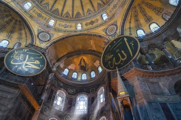 Wnętrze świątyni Hagia Sophia (ayasofya) W Stambule, Turcja - Fragment Architektoniczny. Premium Zdjęcia