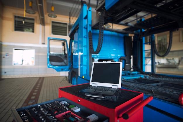 Wnętrze Warsztatu Samochodowego Z Wózkiem Narzędziowym I Narzędziem Diagnostycznym Laptopa Do Obsługi Pojazdów Ciężarowych Darmowe Zdjęcia