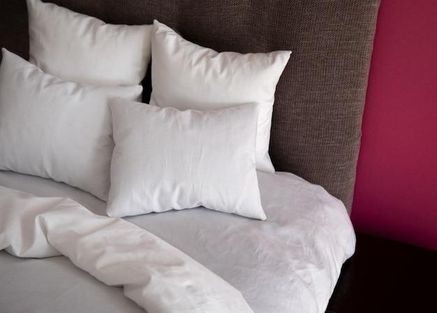 Wnętrze z łóżkiem i kolorowe ściany Premium Zdjęcia
