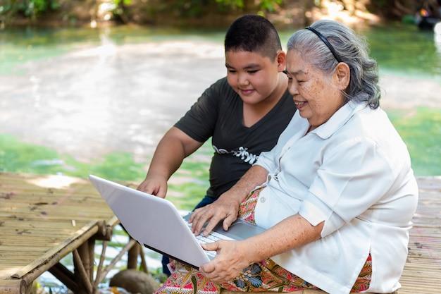 Wnuk Uczy Jego Starszych Kobiet Używać Laptopa Darmowe Zdjęcia