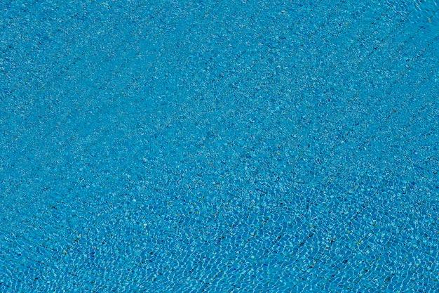 Woda Marszczy Się Na Niebieskim Tle Basen Kaflowy Premium Zdjęcia
