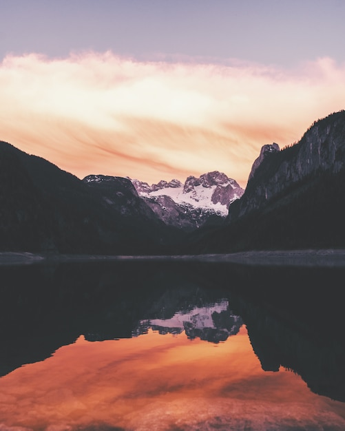 Woda Odbijająca Brzeg Otoczona Górami Pod Pięknym Niebem Darmowe Zdjęcia