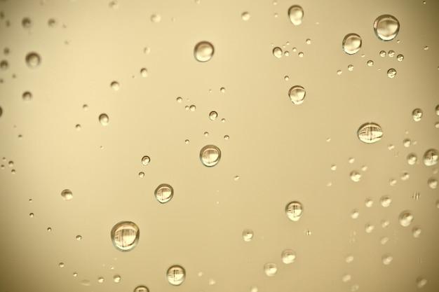 Woda spada na okno Premium Zdjęcia