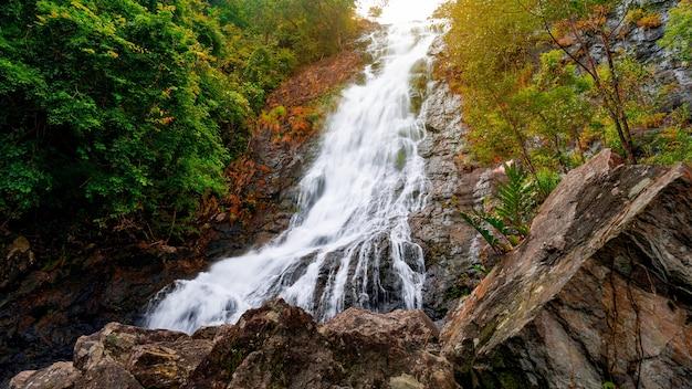 Wodospad Sarika Ze Skałami Na Pierwszym Planie Piękny Wodospad W Nakhon Nayok W Tajlandii. Premium Zdjęcia