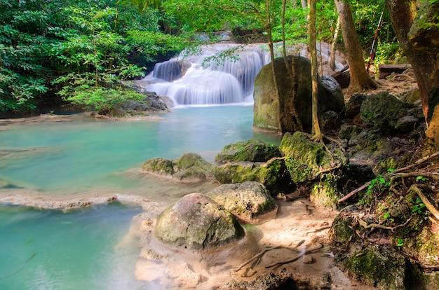Wodospad w głębokim lesie, tajlandia Premium Zdjęcia