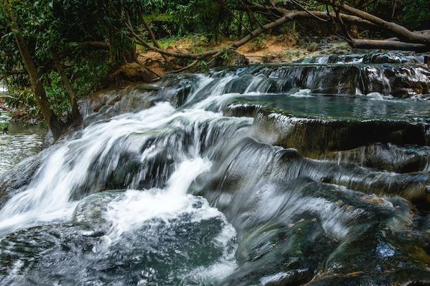 Wodospad w lasach tropikalnych Premium Zdjęcia