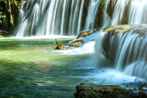 Wodospad Z Czystą Czystością W Lesie Deszczowym. Premium Zdjęcia