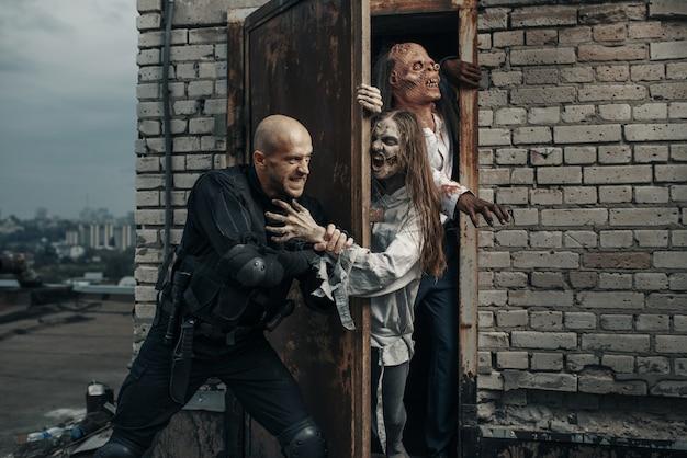 Wojskowi Nie Pozwalają Zombie Na Dach Budynku, śmiertelnie ścigać. Horror W Mieście, Przerażający Atak Pełzających, Apokalipsa Premium Zdjęcia