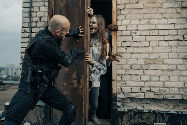 Wojskowi Nie Pozwalają Zombie Na Dachu Premium Zdjęcia