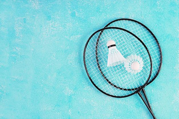Wolant I Badminton Rakiety Na Niebieskim Tle. Widok Z Góry Premium Zdjęcia