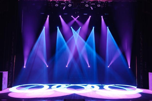 Wolna scena ze światłami, urządzeniami oświetleniowymi. nocny pokaz. Premium Zdjęcia