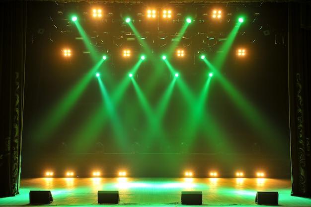 Wolna scena ze światłami, urządzeniami oświetleniowymi. tło. Premium Zdjęcia