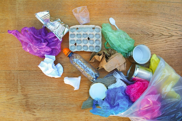 Worek na śmieci z różnymi śmieciami Premium Zdjęcia