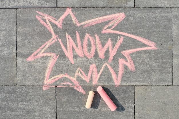 Wow napisane na szarym chodniku, widok z góry Premium Zdjęcia