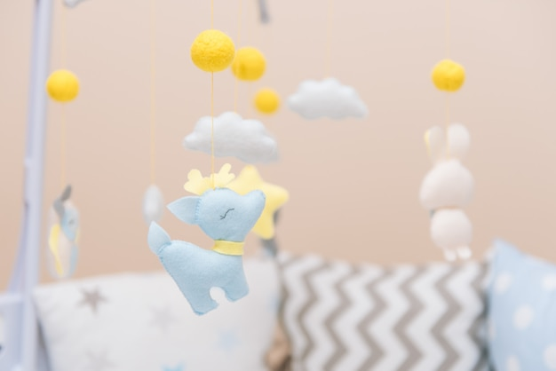 Wózek Dziecięcy Z Różnymi Zabawkami W Postaci Zwierząt I Gwiazd, Zabawki Filcowe W łóżeczku Premium Zdjęcia