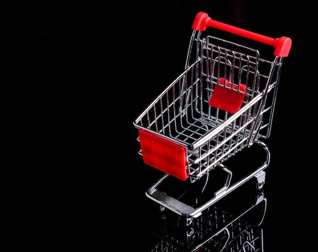 Wózek na zakupy lub wózek na czarnym tle Premium Zdjęcia