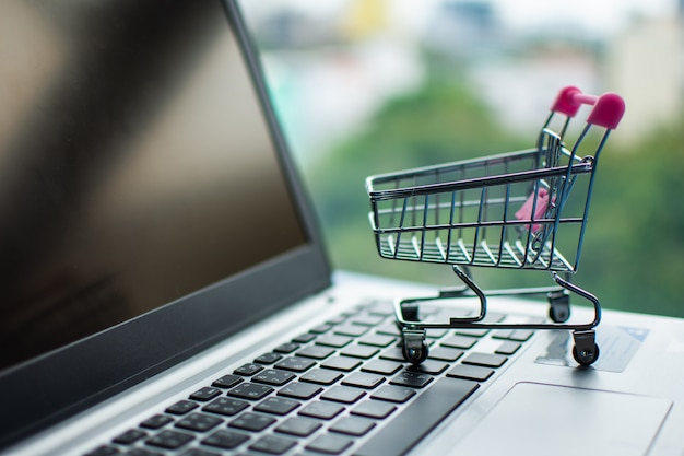 Wózek Na Zakupy Na Komputerze, Robi Zakupy Online Pojęcie. Premium Zdjęcia