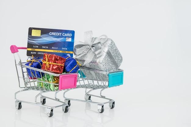Wózki Sklepowe I Karta Kredytowa Z Całkowicie Upominkowymi Pudełkami W Pełni Pasującymi Do Wózków, Zakupy Online E-commerce. Premium Zdjęcia