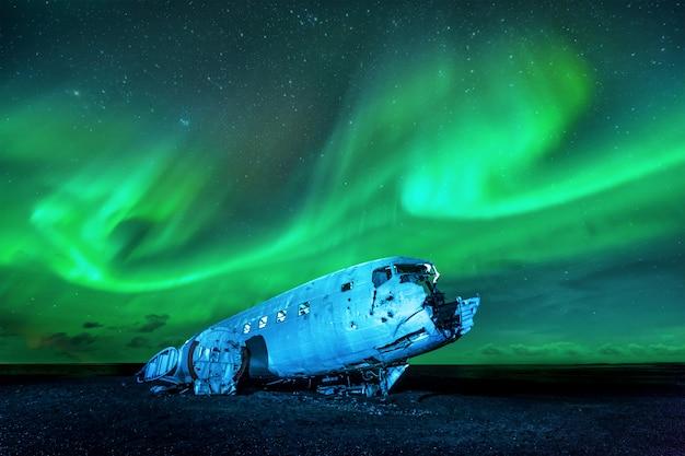Wrak amerykańskiego samolotu wojskowego rozbił się w szczerym polu. samolotowi zabrakło paliwa i rozbił się na pustyni niedaleko vik w południowej islandii w 1973 roku. załoga przeżyła. Premium Zdjęcia