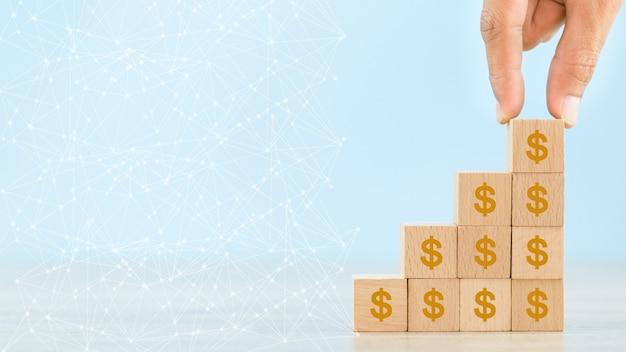 Wręcza Układać Drewnianego Blok Z Ikona Pieniądze Dolarem Dla Inwestorskiego Pojęcia Premium Zdjęcia