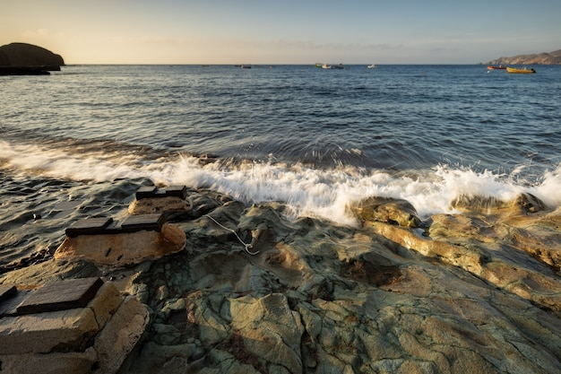 Wschód Słońca Na Wybrzeżu Isleta Del Moro. Park Przyrody Cabo De Gata. Andaluzja Hiszpania. Premium Zdjęcia