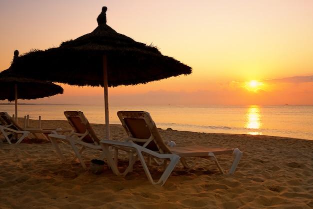 Wschód Słońca Nad Parasolem Na Plaży, Tunezja Premium Zdjęcia