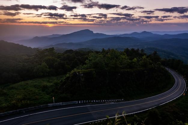 Wschód Słońca W Widoku Punkcie Doi Inthanon Park Narodowy, Przy Chiang Mai Prowincją, Północną Tajlandia. Premium Zdjęcia