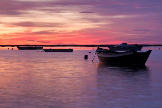 Wschód Słońca Z łodziami Rybackimi Premium Zdjęcia
