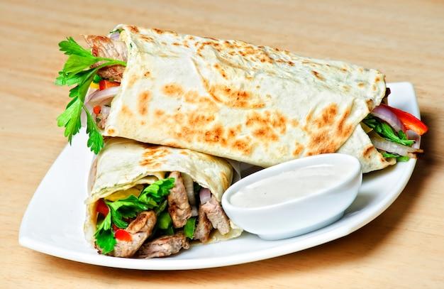 Wschodni Tradycyjny Talerz Shawarma Z Sosem. Premium Zdjęcia