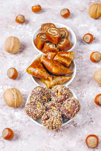 Wschodnie Słodycze, Różne Tradycyjne Tureckie Przysmaki Z Orzechami. Darmowe Zdjęcia