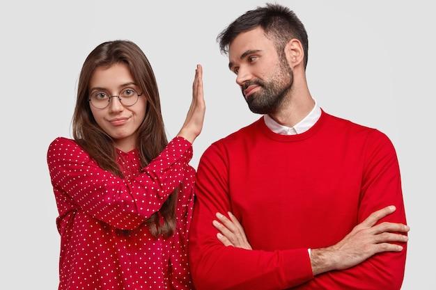 Wściekła Europejka W Czerwonej Bluzce Odmawia, Trzyma Dłoń Przed Twarzą Chłopaka Darmowe Zdjęcia