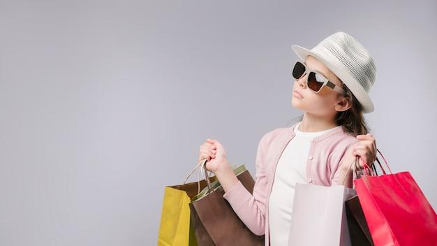 Wspaniała dziewczyna z torba na zakupy w studiu Darmowe Zdjęcia