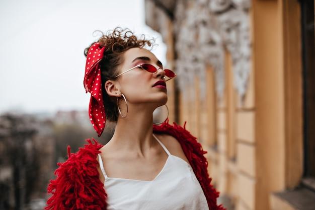 Wspaniała Kobieta W Białych I Czerwonych Okularach Pozuje Na Balkonie Darmowe Zdjęcia