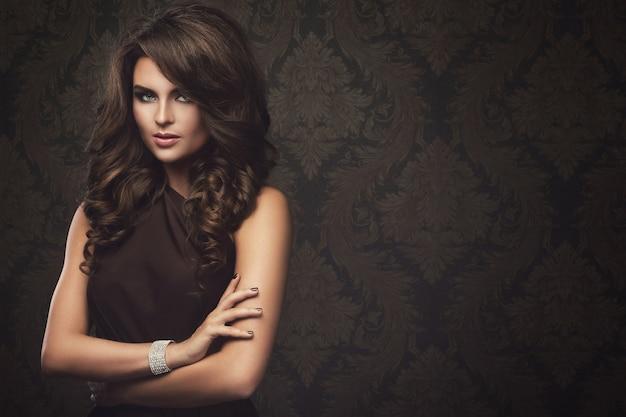 Wspaniała Kobieta Z Pięknym Makijażem I Fryzurą Premium Zdjęcia