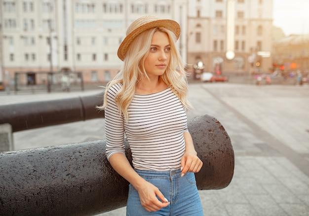 Wspaniała młoda blondynki kobieta z prostą rżniętą fryzurą Premium Zdjęcia