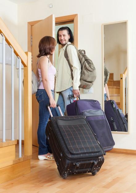 Wspaniała para wraz z ich bagażem opuszczającym dom Darmowe Zdjęcia