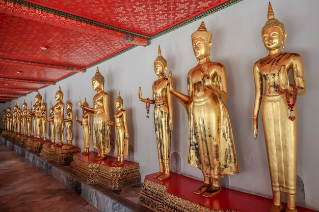 Wspaniała Statua Buddy W Wat Pho (świątynia), Bangkok, Tajlandia Premium Zdjęcia