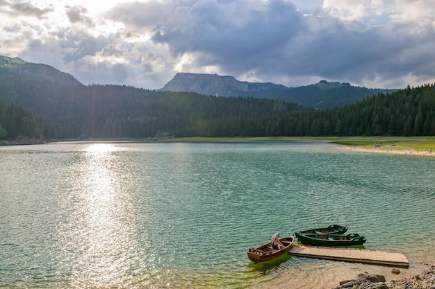 Wspaniałe Czarne Jezioro Znajduje Się W Parku Narodowym Durmitor Na Północy Czarnogóry Premium Zdjęcia