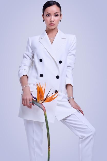 Wspaniałe Latynoskie Kobiety W Modnym Białym Garniturze Z Egzotycznym Kwiatem Premium Zdjęcia