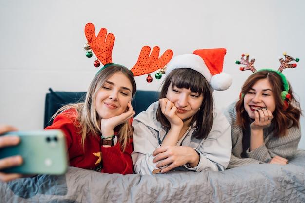 Wspaniałe Uśmiechnięte Kobiety Ma Zabawę I Bierze Selfie Darmowe Zdjęcia