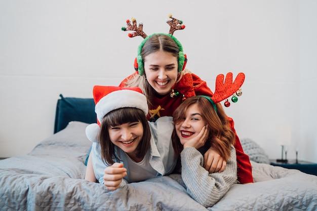 Wspaniałe Uśmiechnięte Modelki Zabawy I Ciesząc Się Imprezą W Piżamie Darmowe Zdjęcia