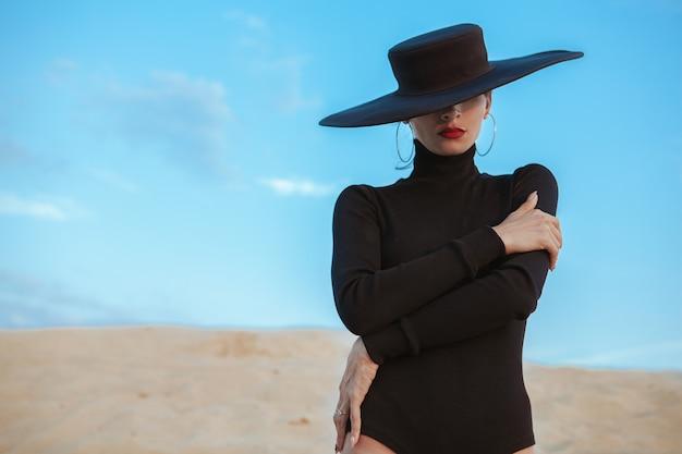 Wspaniały seksowny kobieta taniec na piasku w pustyni Premium Zdjęcia