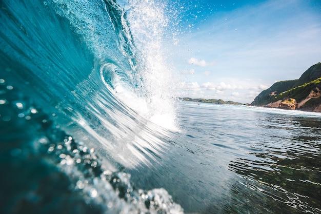 Wspaniały Widok Fali Ze Skałami W Tle Uchwycony W Lombok W Indonezji Darmowe Zdjęcia